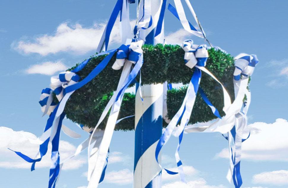 Maibaumkranz, geschmücht mit weißen und blauen Bändern
